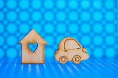 Maison en bois avec le trou sous la forme de coeur avec l'icône en bois de voiture dessus Photos libres de droits