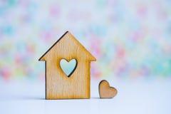 Maison en bois avec le trou sous la forme de coeur avec peu de coeur sur le col Photographie stock