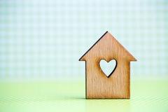 Maison en bois avec le trou sous la forme de coeur sur le backg à carreaux vert Image stock