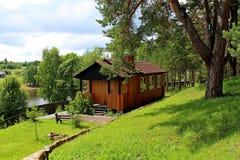 Maison en bois, conçue pour la récréation, située dans une forêt de pin, sur le rivage du réservoir Images stock