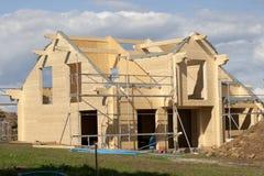 Maison en bois en construction construction individuelle avec le matériel naturel Photographie stock