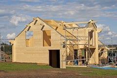 Maison en bois en construction construction individuelle avec le matériel naturel Images stock