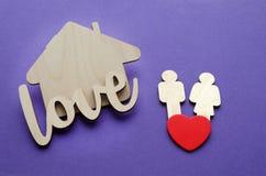 Maison en bois, couple de famille, coeur rouge Images stock