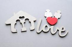 Maison en bois, couple de famille, coeur rouge Photos libres de droits