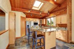 Maison en bois d'équilibre avec l'espace ouvert Cuisine avec le plan de travail de granit Photos libres de droits