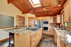 Maison en bois d'équilibre avec l'espace ouvert Cuisine avec le plan de travail de granit Images libres de droits