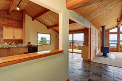 Maison en bois d'équilibre avec l'espace ouvert Cuisine avec le plan de travail de granit Images stock