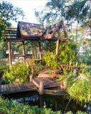Maison en bois d'usines d'abandon en parc Photos stock