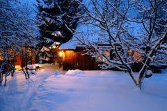 Maison en bois dans la forêt de l'hiver Photo stock