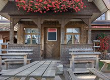 Maison en bois dans la forêt noire photos stock