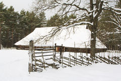 Maison en bois dans la neige Photo libre de droits