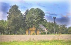Maison en bois dans le village lithuanien photos libres de droits