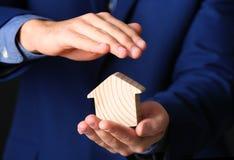 Maison en bois de bâche masculine d'agent, plan rapproché images stock