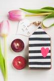 Maison en bois de jouet avec le coeur rouge Photo libre de droits