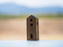 Maison en bois de jouet avec le fond de tache floue Photo stock