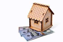 Maison en bois de jouet, 2 billets de banque 100 dollars 1 billet de banque 50 dollars Photographie stock libre de droits