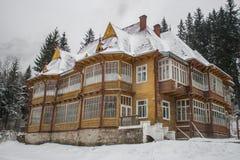 Maison en bois de Milou L'hiver Montagnes et forêt photos libres de droits
