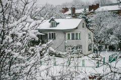 Maison en bois de Milou L'hiver Montagnes et forêt photos stock