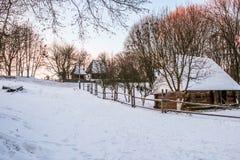 Maison en bois de Milou L'hiver Montagnes et forêt photo libre de droits