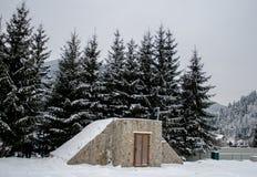 Maison en bois de Milou L'hiver Montagnes et forêt image libre de droits