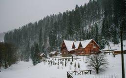 Maison en bois de Milou L'hiver Montagnes et forêt images stock