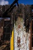 Maison en bois de mur après le feu Photo stock
