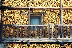 Maison en bois de pile Photo stock