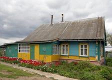 Maison en bois de village biélorusse traditionnel images stock