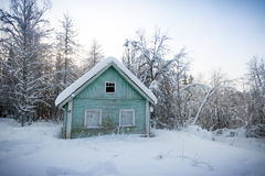 Maison en bois en bois russe couvert de neige Image stock