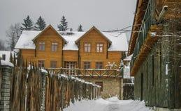 Maison en bois et en pierre en hiver Toits de Milou image libre de droits