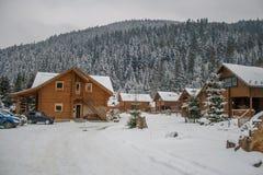 Maison en bois et en pierre en hiver Toits de Milou photos stock