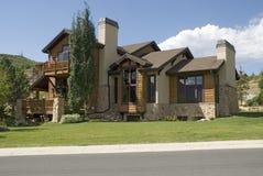 Maison en bois exécutive avec l'indicateur images stock