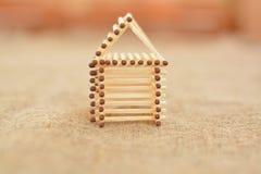 Maison en bois faite de matchs handmade Fond de flou Endroit gratuit Photo stock