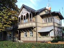 Maison en bois jaune image libre de droits