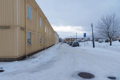 Maison en bois jaune sur une rue neigeuse dans Kristinehamn Varmland S photographie stock