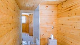 Maison en bois moderne avec la barrière dans l'entreprise de construction avant La ville neuve autoguide en construction Photos stock