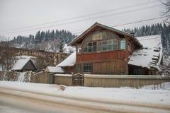 Maison en bois neigeuse de vieux cru Hiver de ruines Montagnes et forêt images libres de droits