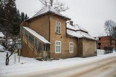 Maison en bois neigeuse de vieux cru L'hiver Montagnes et forêt images stock