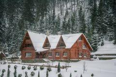 Maison en bois neigeuse de vieux cru L'hiver Montagnes et forêt photos libres de droits