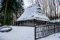 Maison en bois neigeuse de vieux cru L'hiver Montagnes et forêt images libres de droits