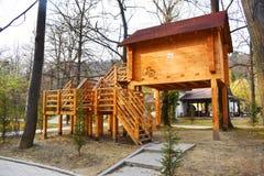 Maison en bois en parc de ville photographie stock libre de droits