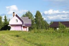 Maison en bois rurale et rose dans le village Images libres de droits