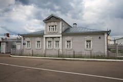 Maison en bois russe traditionnelle avec des décorations dans Kremlin de Kolomna Image libre de droits