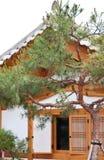 Maison en bois sud-coréenne avec l'arbre Photo libre de droits