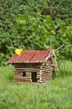 Maison en bois sur l'herbe. photos stock