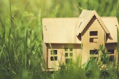 Maison en bois sur l'herbe verte photo libre de droits