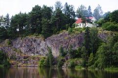 Maison en bois sur la colline Photographie stock libre de droits