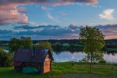 Maison en bois sur la rivière Images stock