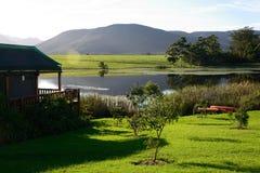 Maison en bois sur le barrage avec des canoës dans l'itinéraire de jardin, Afrique du Sud photos libres de droits
