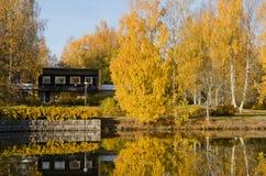 Maison en bois sur le rivage Photographie stock